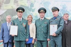Столичные пожарные и спасатели поздравили москвичей с Днем города.